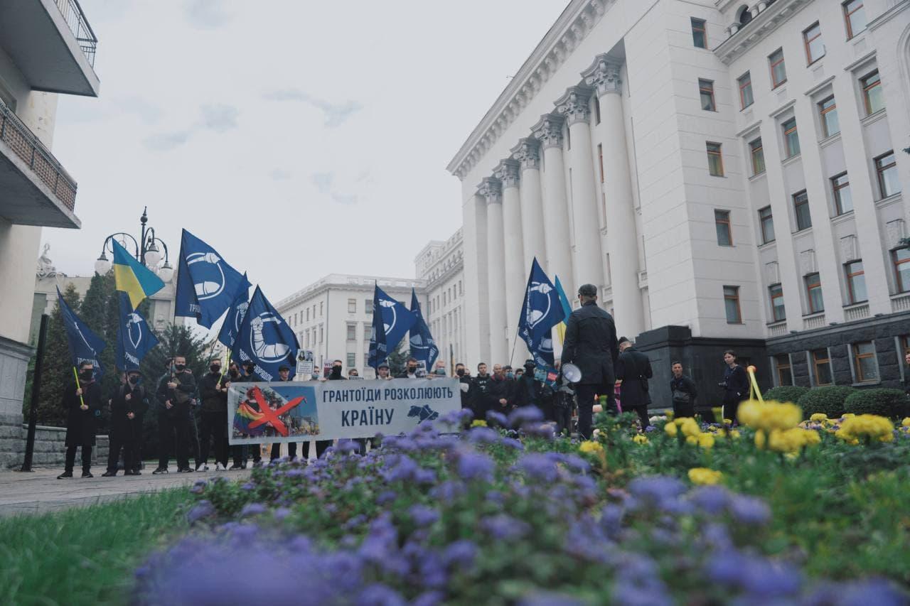 11:12 На `Марш равенства` пришел посол Швеции Тобиас Тиберг. Он отказался отвечать журналисту `Радио Свобода` по-украински и попросил говорить на английском.