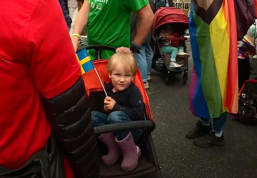 10:44 Посол Британии Мелинда Симмонс пришла на марш. Она заявила журналистам, что в Украине ЛГБТ-сообщество `очень маленькое`, поэтому нуждается в поддержке.