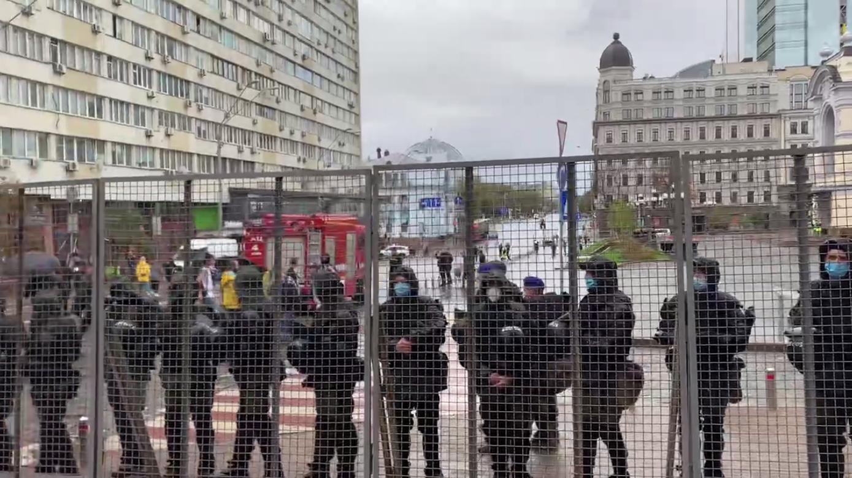 09:32 На митинг националистов против ЛГБТ-прайда пришел народный депутат от группы `За будущее` Виктор Мялик.