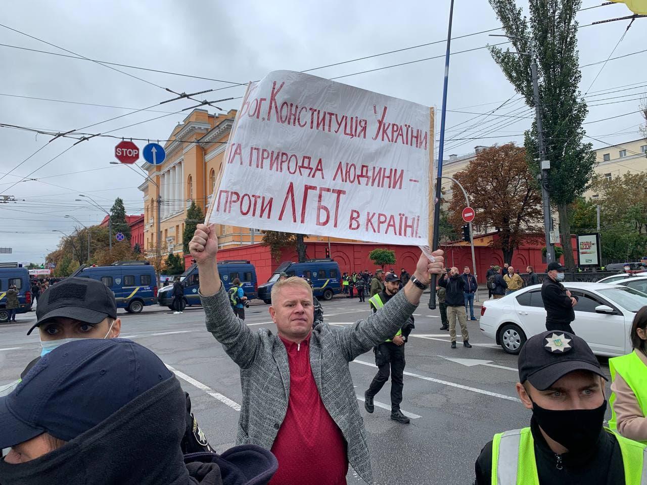 11:22 Участница ЛГБТ-марша устроила перформанс — просто упала посреди улицы и лежит на дороге.