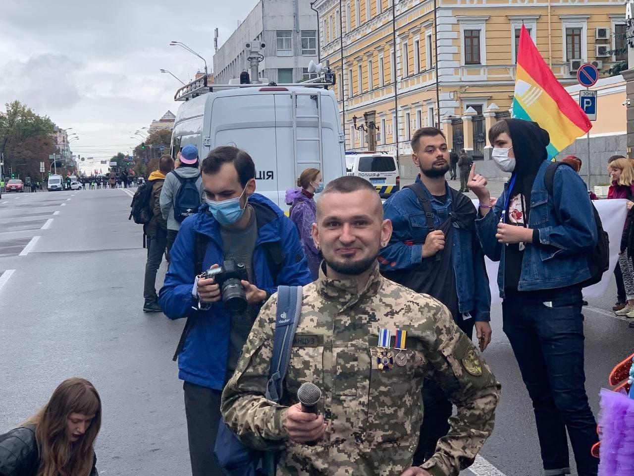 10:17 Участники ЛГБТ прайда скандируют: `Бунтуй, кохай, права не отдавай`.