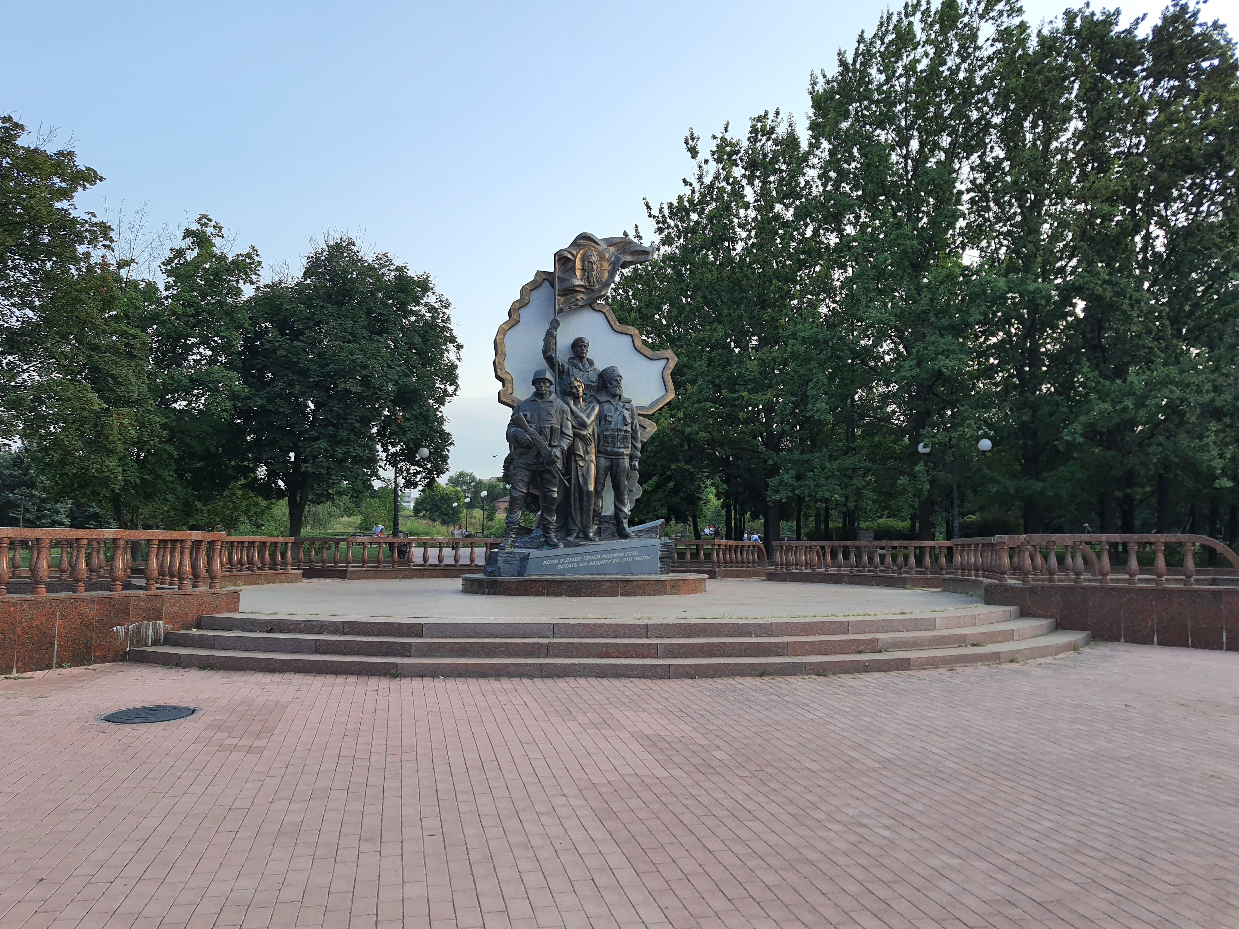 Памятник напротив бывшего здания СБУ в Луганске