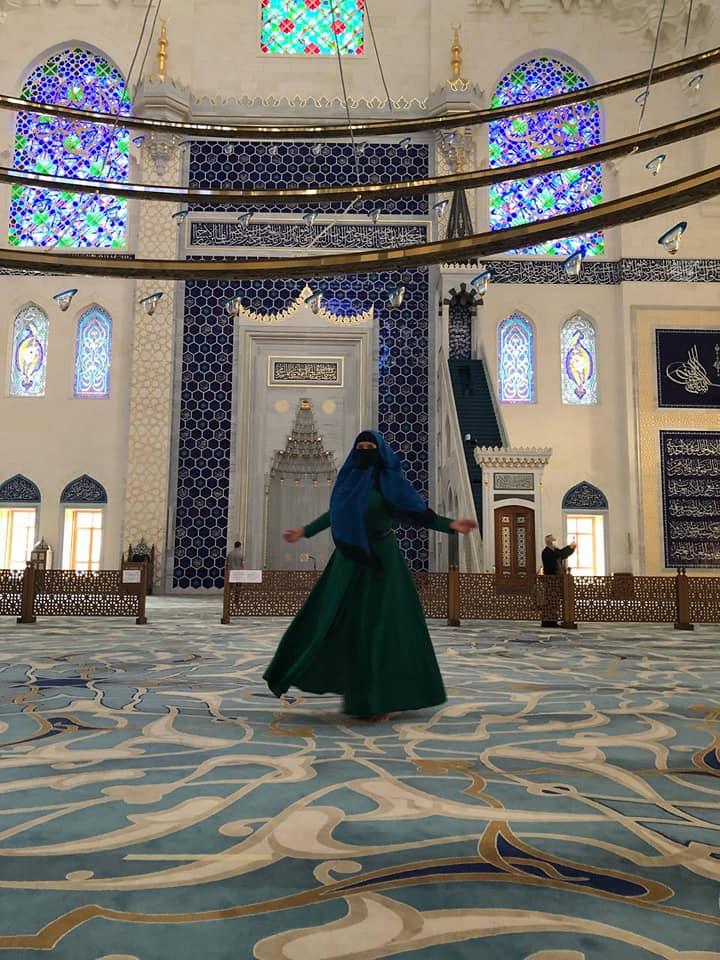 Надежда Савченко опубликовала фото в парандже из курортной Турции